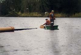 Einschwimmen der Gussrohre - seeseitig