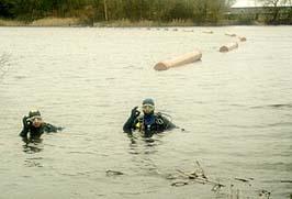 Einschwimmen der Gussrohre - Kontrolle unter Wasser
